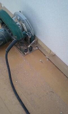 床を壁際から切断